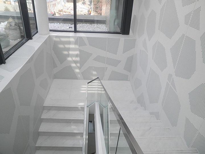大兴区枣园售楼处楼梯异型孔板墙面